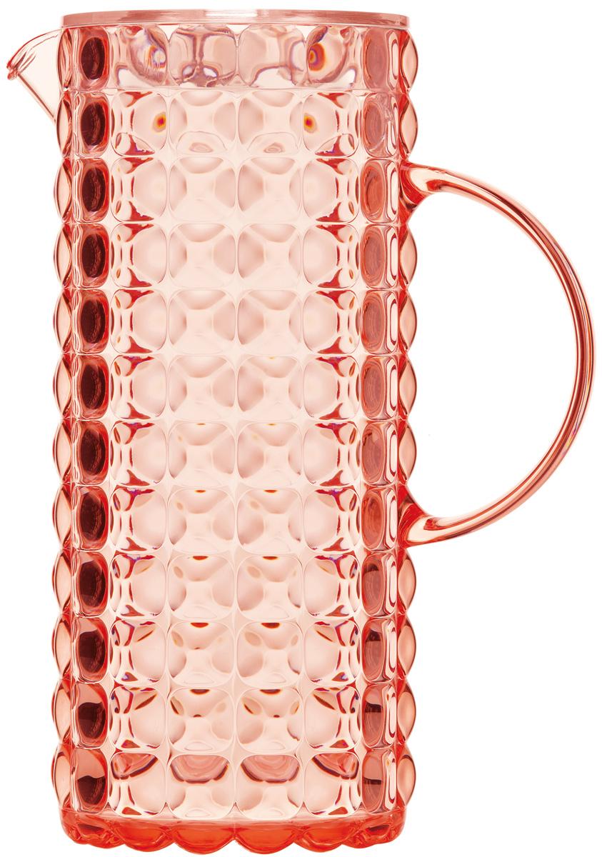 Кувшин для напитков Guzzini Tiffany, цвет: коралловый, 1,75 л22560023Яркий и нарядный кувшин Guzzini Tiffany выполнен из прозрачного и легкого материала, который переливается на свету и создает праздничную атмосферу за любым столом. Идеален для пикников и приемов пищи на свежем воздухе. Верхняя съемная крышка защитит напитки от пыли и насекомых.Рельефная форма с носиком удобна для наливания освежающих лимонадов, бодрящих соков и цитрусовых коктейлей. Горлышко кувшина оснащено небольшим фильтром, который пригодится при подаче морсов, компотов и других напитков с кусочками фруктов и ягод.Объем: 1,75 л.Можно мыть в посудомоечной машине.