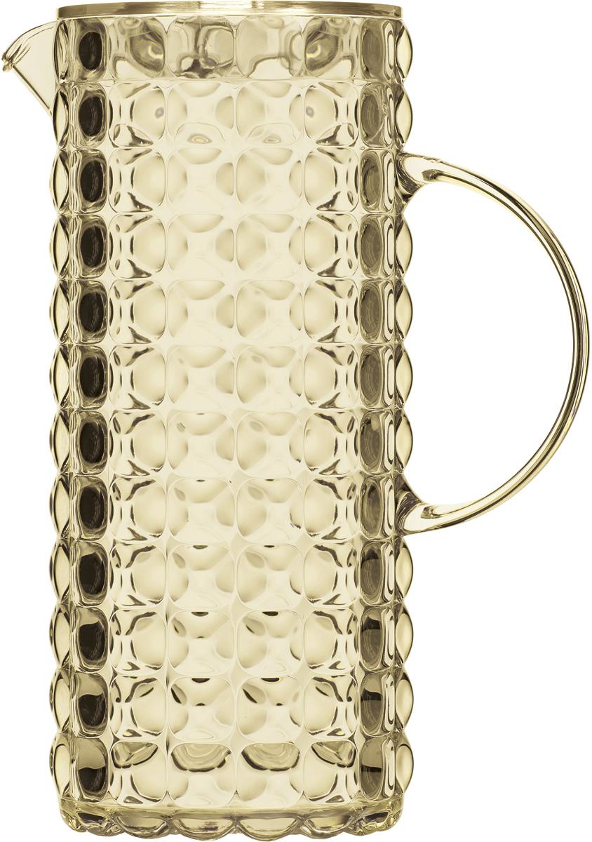 Кувшин для напитков Guzzini Tiffany, цвет: песочный, 1,75 л22560039Яркий и нарядный кувшин Guzzini Tiffany выполнен из прозрачного и легкого материала, который переливается на свету и создает праздничную атмосферу за любым столом. Идеален для пикников и приемов пищи на свежем воздухе. Верхняя съемная крышка защитит напитки от пыли и насекомых.Рельефная форма с носиком удобна для наливания освежающих лимонадов, бодрящих соков и цитрусовых коктейлей. Горлышко кувшина оснащено небольшим фильтром, который пригодится при подаче морсов, компотов и других напитков с кусочками фруктов и ягод.Объем: 1,75 л.Можно мыть в посудомоечной машине.