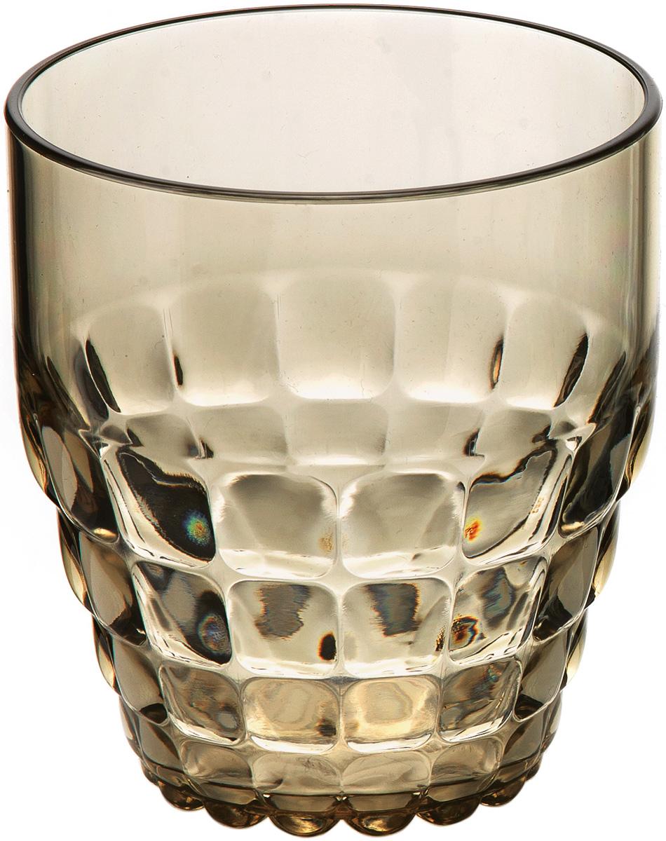 Стакан Guzzini Tiffany, цвет: песочный, 350 мл22570039Легкий и яркий дизайн стаканов Tiffany будто намекает на освежающие лимонады, бодрящие соки и цитрусовые коктейли. Отличается конической формой и прозрачным материалом, который придает стаканам характерный блеск. Сверкающий эффект усиливается на солнечном свету, поэтому стаканы станут отличным решением для подачи напитков на свежем воздухе.Объем - 350 мл. Изготовлены из высококачественного органического стекла, устойчивого к износу и повреждениям.Не содержат вредных примесей и бисфенола-А. Идеально подойдут для использования каждый день - добавят яркий акцент пространству кухни или гостиной. Можно мыть в посудомоечной машине.