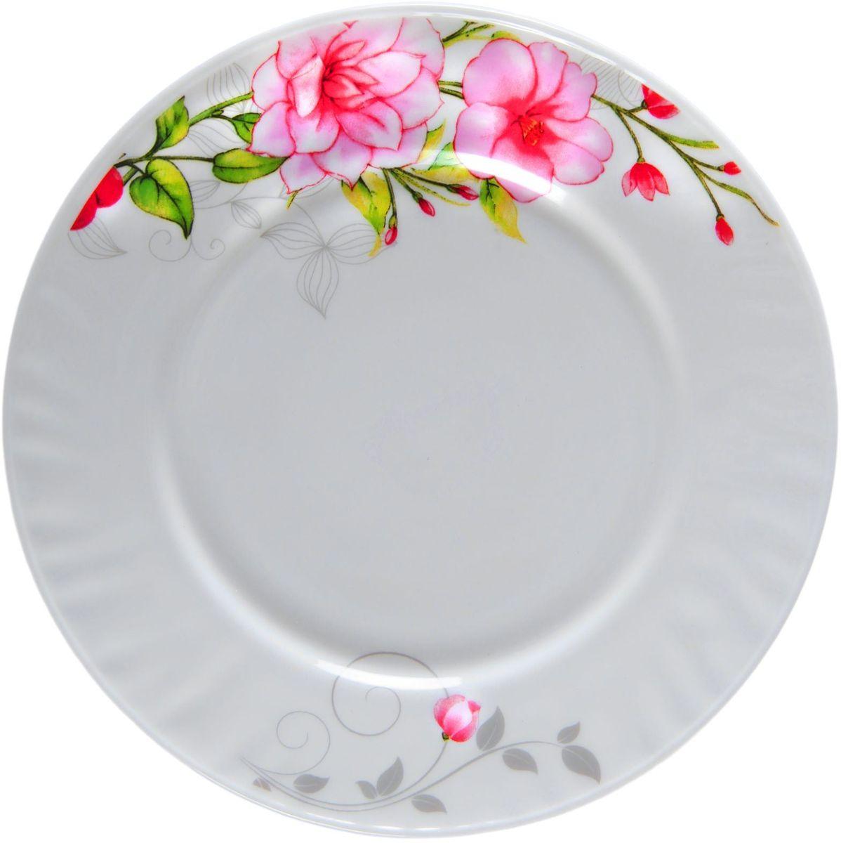 Тарелка десертная Цветочная мелодия, диаметр 17,5 см1152129Тарелка – важнейший предмет любого застолья. Будучи во главе стола, она привлекает к себе основное внимание. А это значит – рисунок, цвет и материал играют немаловажную роль.Почему во всем мире так ценится посуда из стеклокермики?Универсальна. Ее можно использовать и для приготовления пищи, и для безопасного хранения любых готовых блюд. В такой посуде можно кипятить, варить, жарить парить, тушить и запекать любые продукты.Ударопрочна и травмобезопасна. Термическое стекло – очень прочный материал, который не поддается механическим нагрузкам, не бьется, не колется и не трескается.Термически устойчива (жаропрочна). Посуда не деформируется при нагреве и подходит для СВЧ-печей.Химически инертна. Стеклянные поверхности посуды совершенно нечувствительны к воздействию моющих и чистящих средств.Экологически и гигиенически безопасна. Стеклокерамика – исключительно «чистый» материал, не выделяющий вредных летучих соединений даже при сильном нагреве, не впитывает запахов и не передает их хранящейся или готовящейся пище.Удобна в уходе. Моется обычной теплой водой, не формирует накипь и нагар.Эстетически привлекательна. Прозрачное, матовое и тонированное термическое стекло имеет оригинальный вид, который сохраняется в любых технических условиях на долгие годы.