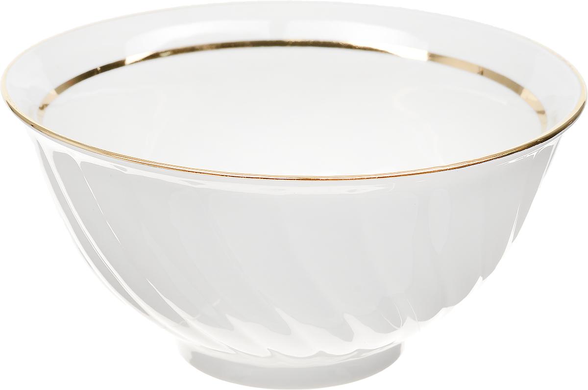 """Салатник Дулевский Фарфор """"Отводка золотом"""" выполнен из высококачественного фарфора, покрытого глазурью. Изделие дополнено золотистой эмалью. Такой салатник отлично подойдет для подачи салатов, закусок, нарезок. Он красиво дополнит сервировку стола и станет полезным приобретением для кухни.  Диаметр: 19 см.  Высота стенки: 10 см."""