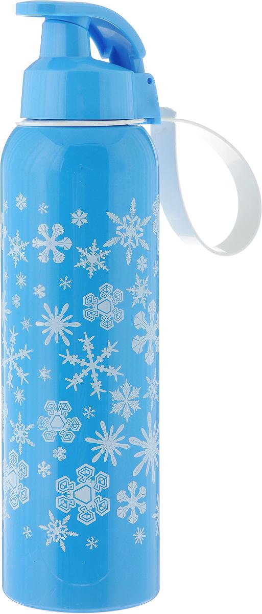Бутылка для воды Herevin, цвет: голубой, белый, 750 мл. 161405-805161405-805_голубой, белыйБутылка для воды Herevin изготовлена из высококачественного пищевого пластика. Носик бутылки закрывается клапаном, благодаря чему содержимое бутылки не прольется. Также изделие имеет регулируемую по длине петлю для удобства ношения. Внешние стенки дополенны принтом в виде снежинок. Удобная бутылка пригодится как на тренировках, так и в походах или просто на прогулке. Высота бутылки: 26 см. Диаметр основания: 7 см.Диаметр горлышка: 4 см.