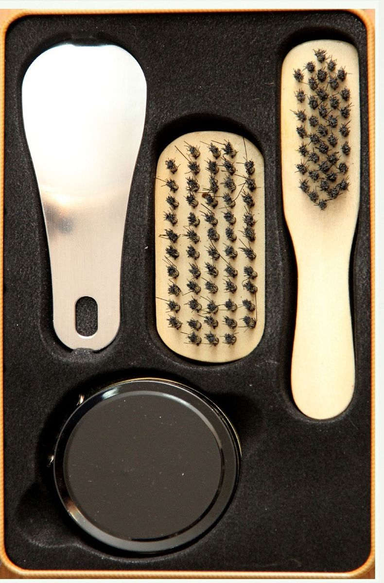 Набор для ухода за обувью Magic Home, 4 предмета. 4092040920Набор Magic Home предназначен для защиты вашей обуви от уличной грязи. Набор хранится в металлической коробочке размером 18,4 х 11,5 х 7,2 см. В набор входит 4 предмета: щетка малая с синтетическим (полиэстер) ворсом, щетка средняя с синтетическим (полиэстер) ворсом, крем для обуви на основе парафина (бесцветный), рожок для обуви из нержавеющей стали. Такой набор будет незаменим в дороге, путешествии или дома.