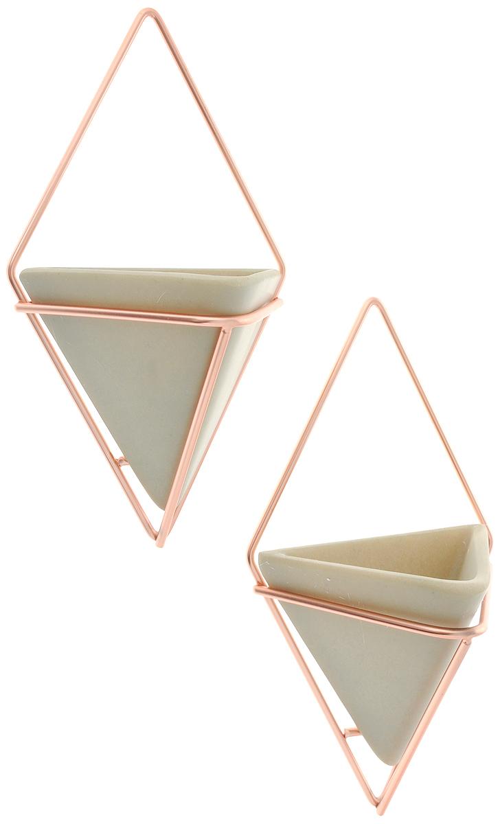 Украшение на стену Umbra Trigg, 2 шт470753-633_бетон-медьУкрашение на стену Umbra Trigg представляет собой треугольную емкость из бетона в медной ромбовидной подставке. Изделие можно использовать в качестве кашпо для цветов или как органайзер для мелочей. Такое украшение стильно дополнит интерьер вашего дома. В комплекте 2 украшения. Крепления поставляются в комплекте. Размер емкости: 10 х 6,5 х 9,5 см. Размер подставки: 11 х 6,5 х 19 см.