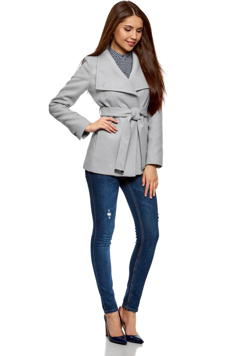 Пальто женское oodji Ultra, цвет: светло-серый меланж. 10104041-2/43442/2000M. Размер 44-170 (50-170)10104041-2/43442/2000MЭлегантное укороченное пальто с высоким воротником-стойкой и асимметричной застежкой на одну пуговицу. Модель приталенного силуэта, линию талии красиво подчеркивает пояс из той же ткани, что и само пальто. Пальто с высоким воротом прекрасно подходит для прохладной погоды, надежно защищает горло и грудь от холода. Пальто органично впишется в деловой и повседневный гардероб. В нем можно пойти на работу, деловую встречу, любое неофициальное мероприятие. Это пальто незаменимо, если вы хотите создать элегантный и одновременно сдержанный образ. Пальто хорошо смотрится в сочетании с брюками, джинсами. А надев его с обувью на высоком каблуке и прямой юбкой, вы получите красивый женственный комплект. Эффектное пальто на каждый для стильных образов!