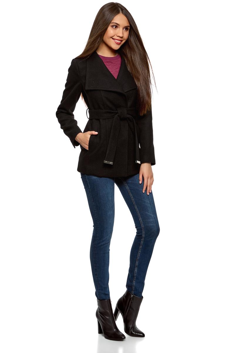 Пальто женское oodji Ultra, цвет: черный. 10104041-2/43442/2900N. Размер 40-170 (46-170)10104041-2/43442/2900NЭлегантное укороченное пальто с высоким воротником-стойкой и асимметричной застежкой на одну пуговицу. Модель приталенного силуэта, линию талии красиво подчеркивает пояс из той же ткани, что и само пальто. Пальто с высоким воротом прекрасно подходит для прохладной погоды, надежно защищает горло и грудь от холода. Пальто органично впишется в деловой и повседневный гардероб. В нем можно пойти на работу, деловую встречу, любое неофициальное мероприятие. Это пальто незаменимо, если вы хотите создать элегантный и одновременно сдержанный образ. Пальто хорошо смотрится в сочетании с брюками, джинсами. А надев его с обувью на высоком каблуке и прямой юбкой, вы получите красивый женственный комплект. Эффектное пальто на каждый для стильных образов!