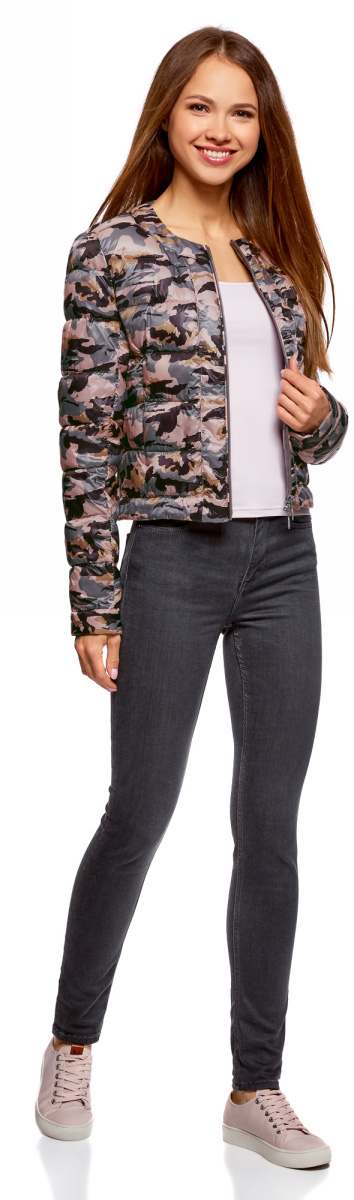 Куртка женская oodji Ultra, цвет: светло-розовый, темно-фиолетовый. 10203050B/42257/4088O. Размер 34-170 (40-170)10203050B/42257/4088OУтепленная демисезонная куртка выполнена из полиэстера. Укороченная модель без воротника застегивается на аккуратную молнию. Куртка украшена горизонтальной стежкой и смотрится выразительно благодаря нежному принту из изящных, тонких линий. Дизайн лаконичный и стильный, с ярко выраженным характером. Модель создает легкое настроение. Она будет прекрасно сочетаться с вещами в романтическом стиле. Такую куртку хорошо дополнят джинсы или юбка, стильная обувь на устойчивом каблуке или без него, на удобной танкетке. Романтичный характер подчеркнет воздушный шарфик или платок.
