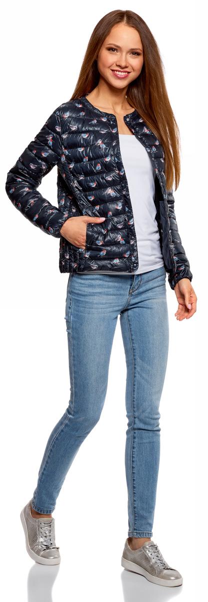 Куртка женская oodji Ultra, цвет: темно-синий, голубой. 10204040-1B/42257/7970A. Размер 38-170 (44-170)10204040-1B/42257/7970AЖенская куртка oodji c длинными рукавами выполнена из прочного полиэстера. Модель застегивается на застежку-молнию и кнопку сверху.