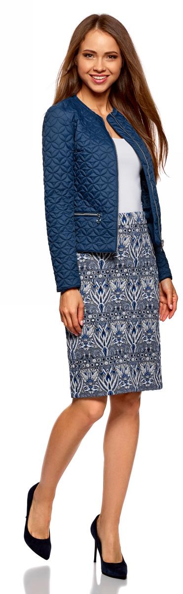 Куртка женская oodji Ultra, цвет: темно-синий. 18304005-1/47044/7901N. Размер 42-170 (48-170)18304005-1/47044/7901NУкороченная куртка oodji Ultra прямого кроя выполнена из высококачественного фактурного материала на подкладке с утеплителем. Модель с круглым вырезом горловины застегивается на металлическую молнию с внутренней ветрозащитной планкой и дополнена двумя прорезными карманами на молниях. Стильная укороченная куртка - удачный вариант на каждый день, который хорошо смотрится на любой фигуре. Она универсальна и подойдет к самым разным комплектам одежды. Такую куртку удобно носить с джинсами, брюками или юбками разной длины. Под куртку можно надеть свитшот, джемпер, блузку или водолазку. В этой куртке можно пойти на учебу или работу, прогуляться по городу, отправиться в дальнее путешествие. Из обуви с курткой хорошо будут смотреться невысокие сапоги, ботинки на толстой подошве, сникерсы или ботильоны. Стильная и удобная вещь для активных натур!