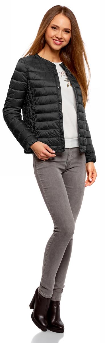 Куртка женская oodji Ultra, цвет: черный. 10204040B/45638/2900N. Размер 34 (40-164)10204040B/45638/2900NЖенская куртка oodji c длинными рукавами выполнена из прочного полиамида. Модель застегивается на застежку-молнию и кнопки.