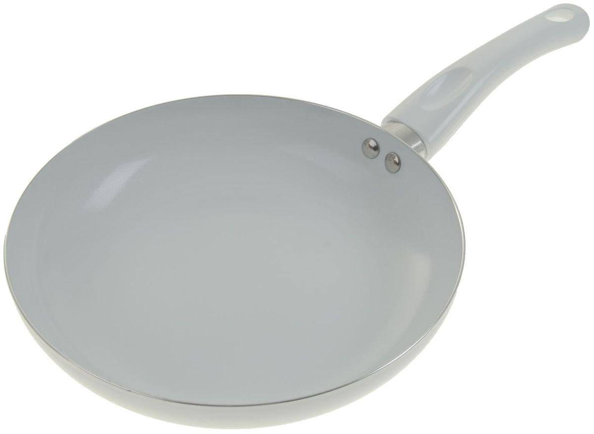 Сковорода Доляна Ванильное небо, с керамическим покрытием. Диаметр 22 см836584Классическая сковорода круглой формы найдется, без сомнения, в любом домашнем хозяйстве. Традиционная жареная картошечка или изысканное ризотто с креветками – каким получится то или иное блюдо, зависит в первую очередь от эксплуатационных качеств выбранной посуды.Сковорода с керамическим покрытием замечательно подойдет для ежедневной готовки. Яркое изделие оснащено удобной пластиковой ручкой.Изделие отличается высокой износостойкостью и подходит для машинной мойки. Просим обратить внимание на то, что сковорода не предназначена для использования на индукционных плитах.