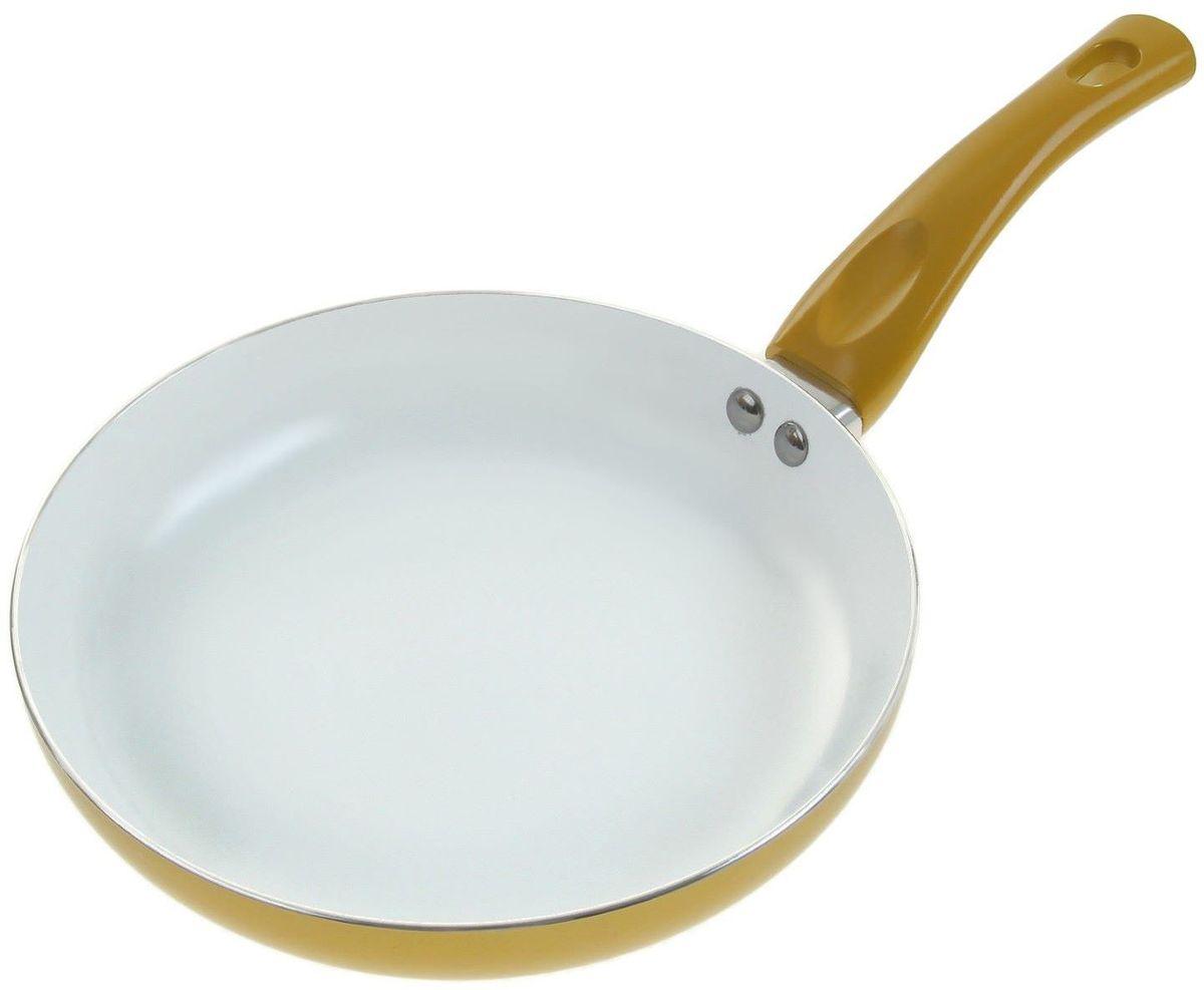 Сковорода Доляна Металлик, с керамическим покрытием, цвет: золотистый. Диаметр 26 см836618Классическая сковорода круглой формы найдется, без сомнения, в любом домашнем хозяйстве. Традиционная жареная картошечка или изысканное ризотто с креветками – каким получится то или иное блюдо, зависит в первую очередь от эксплуатационных качеств выбранной посуды.Сковорода с керамическим покрытием замечательно подойдет для ежедневной готовки. Яркое изделие оснащено удобной пластиковой ручкой.Изделие отличается высокой износостойкостью и подходит для машинной мойки. Просим обратить внимание на то, что сковорода не предназначена для использования на индукционных плитах.