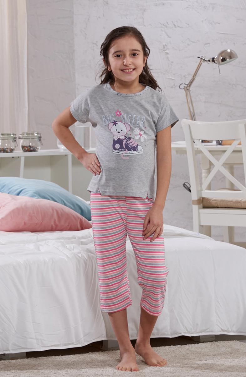 Домашний комплект для девочки Sevim: футболка, бриджи, цвет: серый, розовый. 7330 SV. Размер 3 (98)7330 SVУютный домашний комплект для девочки Sevim, состоящий из футболки и бриджей, выполнен из эластичного хлопка. Футболка с круглым вырезом горловины и короткими руками спереди оформлена принтом. Бриджи прямого кроя в яркую полоску имеют эластичный пояс на талии.