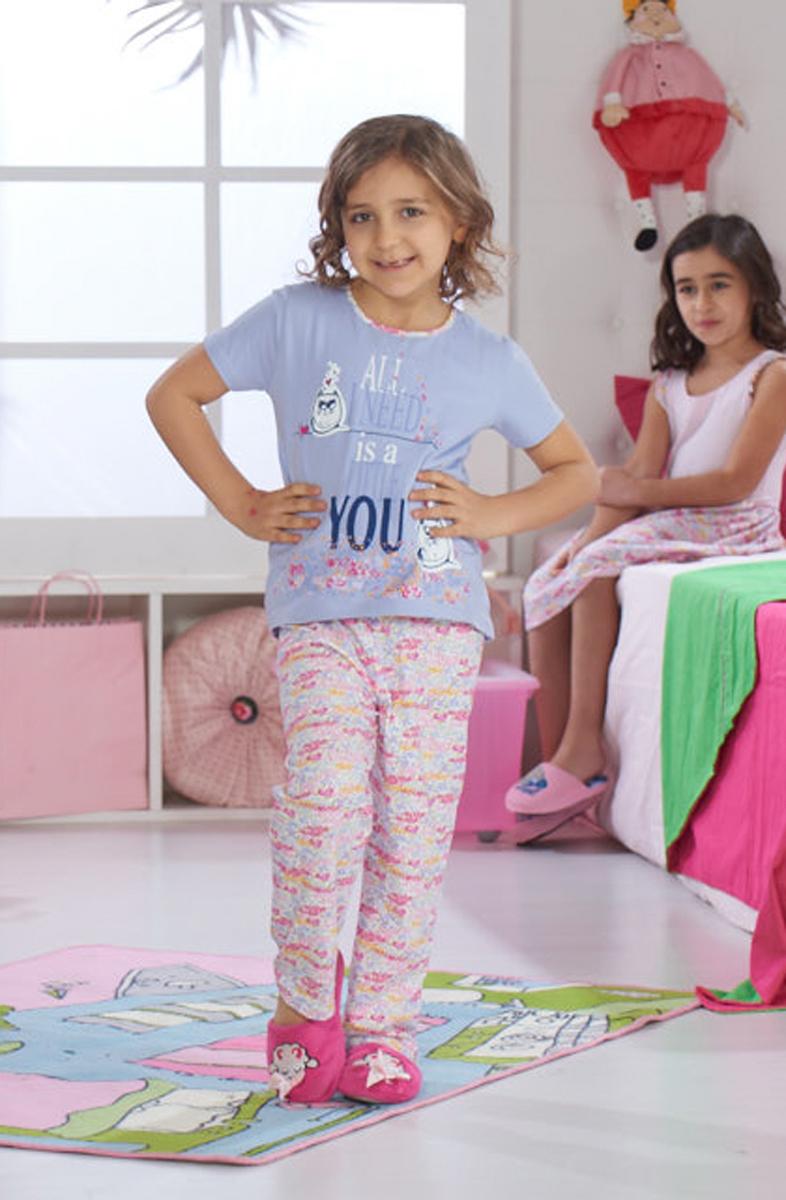 Домашний комплект для девочки Sevim: футболка, брюки, цвет: сиреневый. 7491 SV. Размер 9 (128/140)7491 SVУютный домашний комплект для девочки Sevim, состоящий из футболки и брюк, выполнен из эластичного хлопка. Футболка с круглым вырезом горловины и короткими руками спереди оформлена принтовыми надписями. Брюки прямого кроя имеют эластичный пояс на талии и декорированы орнаментом.