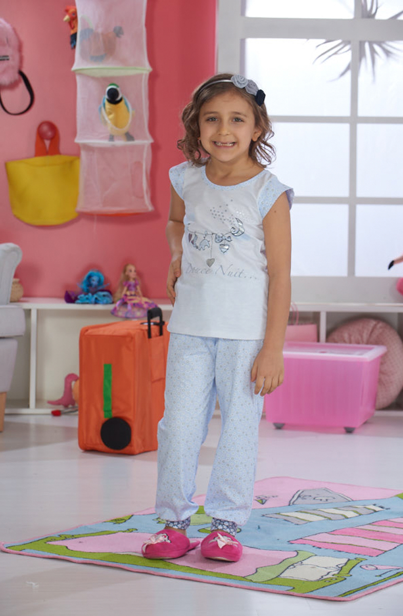Домашний комплект для девочки Sevim: футболка, брюки, цвет: кремовый, голубой. 7481 SV. Размер 7 (122)7481 SVУютный домашний комплект для девочки Sevim, состоящий из футболки и брюк, выполнен из эластичного хлопка. Футболка с круглым вырезом горловины и короткими руками оформлена принтом. Брюки имеют эластичный пояс на талии и по низу брючин дополнены широкими трикотажными манжетами.