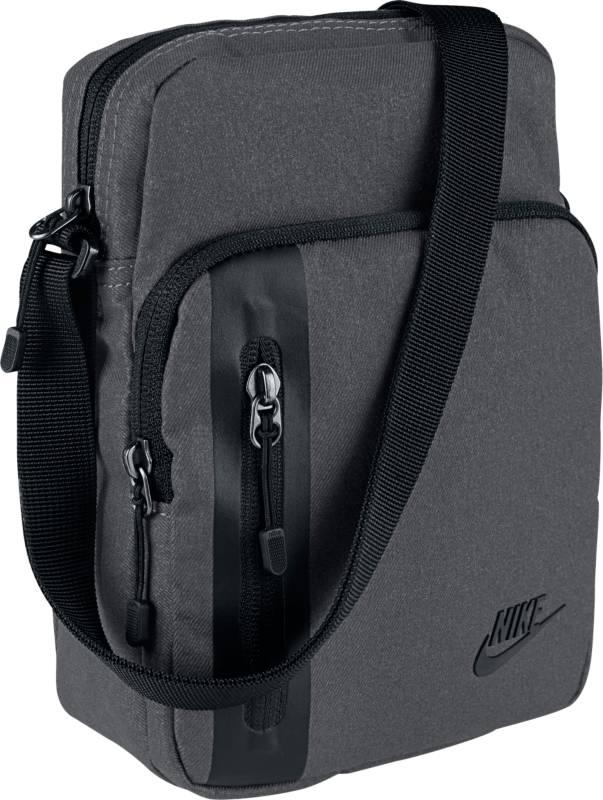 Сумка мужская Nike Core Small Items 3.0, цвет: серый. BA5268-021BA5268-021Небольшая, но прочная мужская спортивная сумка Nike Core Small Items 3.0 из прочного полиэстера, включает в себя отделение для экипировки. Передний карман укреплен кантом BemisTape в первоклассном стиле.Тяжелый полиэстер плотностью 600D отличается прочностью.Сумка имеет вместительное основное отделение с вертикальной загрузкой для хранения мелкой экипировки. Регулируемый ремень через плечо для индивидуальной посадки при таком варианте ношения.Размер: 23 х 8 х 15 см.