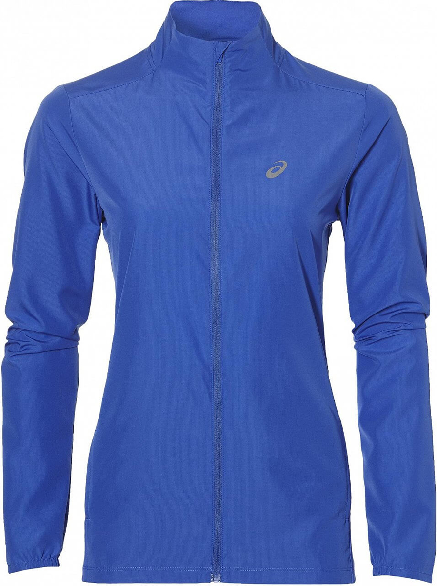 Ветровка для бега женская Asics Jacket, цвет: синий. 134110-8091. Размер M (46/48)134110-8091Женская ветровка для бега Asics Jacket подарит вам особенный комфорт во время тренировок в прохладную погоду. Ткань, изготовленная с применением технологии Motion Dry, позволяет удалять лишнюю влагу с кожи во время занятий спортом, обеспечивая тем самым замечательный уровень комфорта. Такая куртка идеально подходит для скоростного бега и трейл-раннинга в горах, где необходима дополнительная защита от изменчивых погодных условий и небольшой вес.Ветровка с воротником-стойкой и длинными рукавами застегивается на пластиковую застежку-молнию с защитой для подбородка и внутренней ветрозащитной планкой. Низ рукавов дополнен эластичными вставками. Спереди расположено два втачных кармана на застежках-молниях. Модель дополнена вставками из эластичного полиэстера и оформлена термоаппликациями из светоотражающего материала. Такая ветровка послужит отличным дополнением к вашему спортивному гардеробу, в ней вы будете чувствовать себя комфортно и уютно.