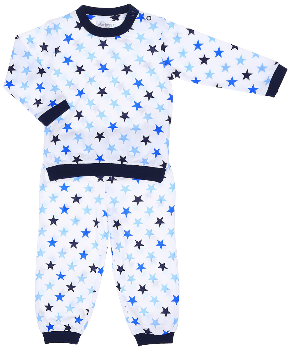 Пижама для мальчика PlayToday Baby, цвет: белый, темно-синий, голубой. 177031. Размер 92177031Уютная пижама PlayToday Baby изготовлена из качественного эластичного хлопка и оформлена принтом со звездами. Мягкий, приятный к телу материал не раздражает кожу ребенка, а свободный крой не сковывает движений. Круглый вырез горловины, манжеты рукавов и низ кофты дополнены мягкими трикотажными резинками. Для удобства снимания и одевания на плече расположены две застежки-кнопки. Брюки прямого кроя имеют мягкую широкую резинку на талии и по низу брючин.