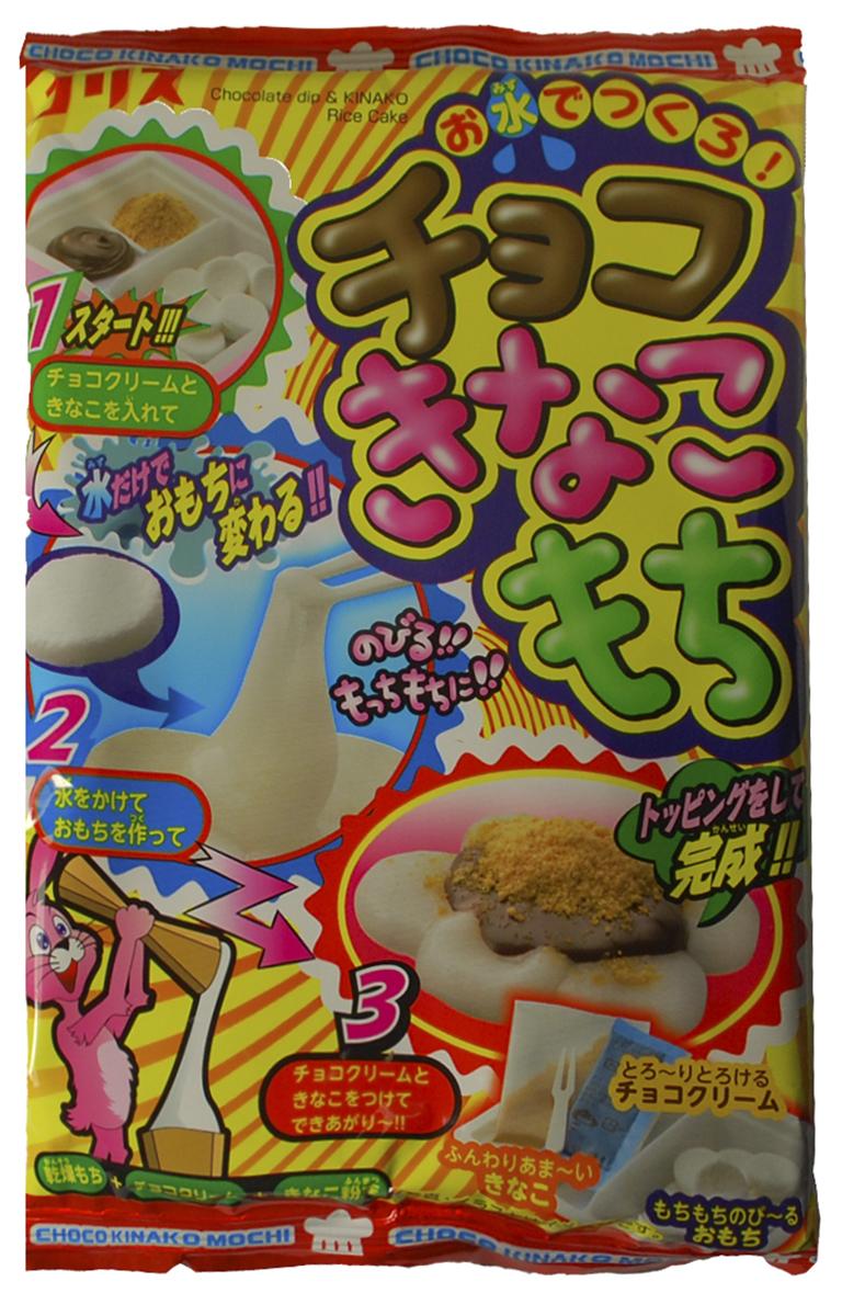 Coris Сделай Сам Кинако-моти набор жевательных конфет, 26 г068295Кулинарный набор: Положите в формочку шоко-крем и мучную посыпку, полейте водой белые конфетки, но не заливая их. Дождитесь пока они станут мягкими. Мягкие конфетки обмакните в шококрем и потом в мучную посыпку. Ваши моти готовы. Увлекательное занятие, развивает моторику. Очень занимательно!