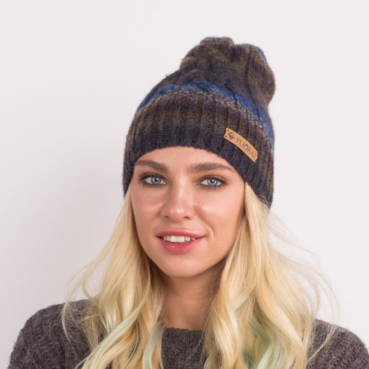 Шапка женская Flioraj, цвет: серый, синий. 010-18FJ. Размер 56/58010-18FJСтильная теплая шапка от Flioraj, связанная из овечьей шерсти и шерсти горной альпаки, отлично согреет в холодную погоду. Состав пряжи делает изделие мягким, теплым и комфортным. Модель оригинальной смесовой расцветки выполнена рельефной вязкой косы и украшена нашивкой из натуральной кожи.