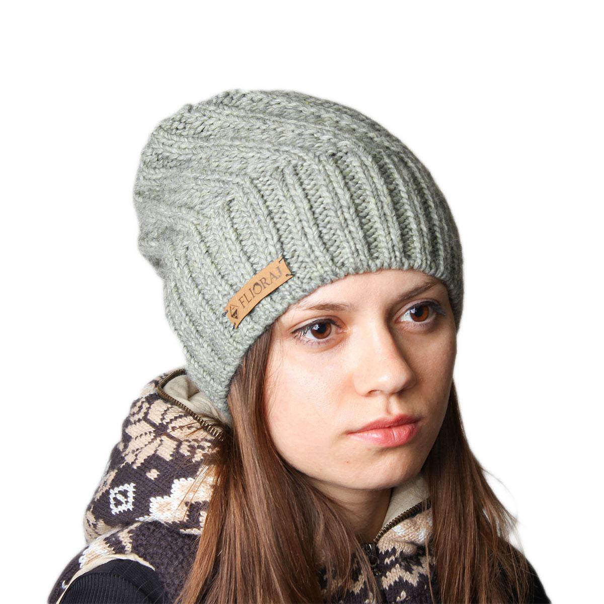 Шапка женская Flioraj, цвет: зеленый. 011FJ. Размер 56/58011FJСтильная теплая шапка от Flioraj, связанная из овечьей шерсти и шерсти горной альпаки, отлично согреет в холодную погоду. Состав пряжи делает изделие мягким, теплым и комфортным. Модель выполнена рельефной вязкой и украшена нашивкой из натуральной кожи.