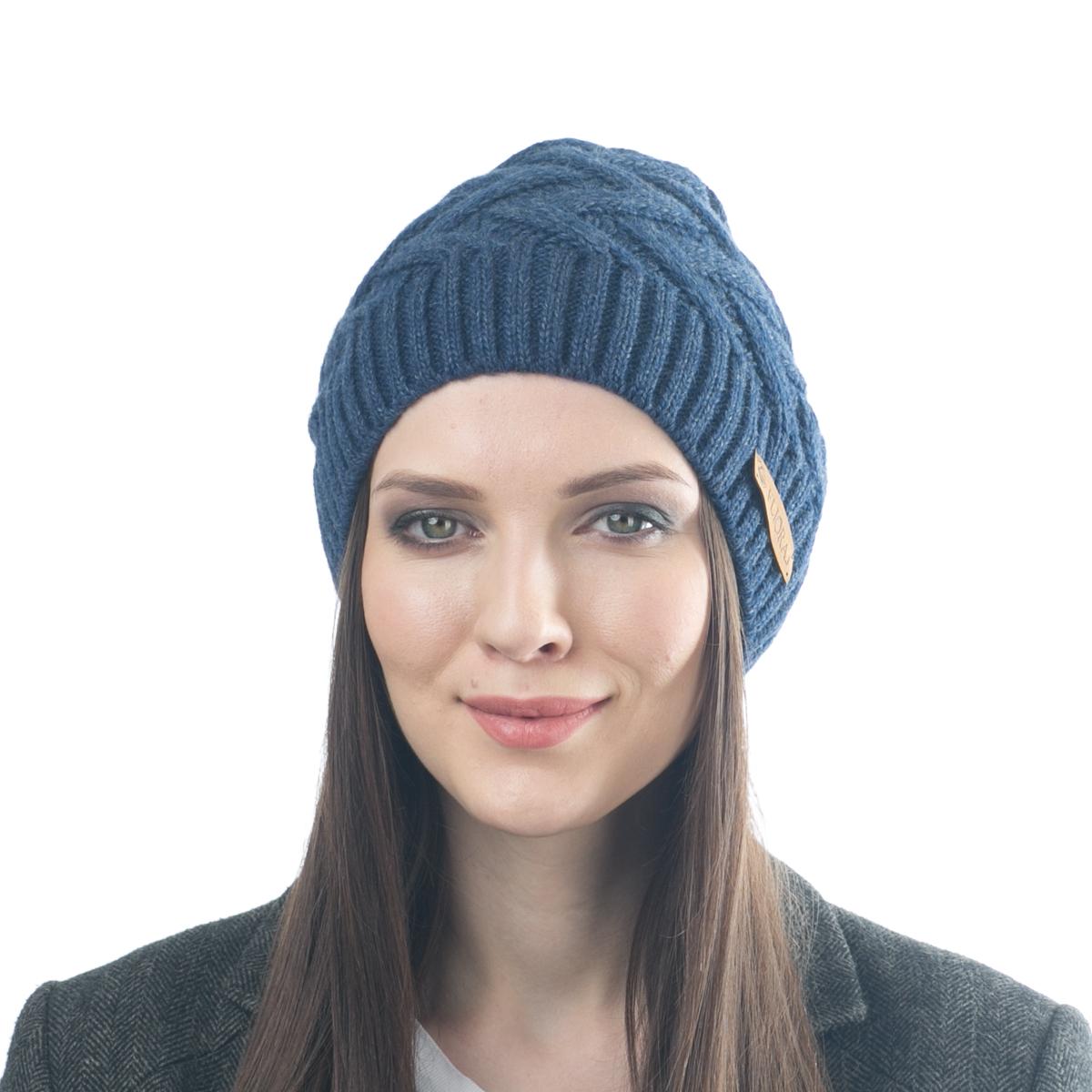 Шапка женская Flioraj, цвет: индиго. 012FJ. Размер 56/58012FJСтильная теплая шапка от Flioraj, связанная из овечьей шерсти и шерсти горной альпаки, отлично согреет в холодную погоду. Состав пряжи делает изделие мягким, теплым и комфортным. Модель выполнена рельефной вязкой и украшена нашивкой из натуральной кожи.