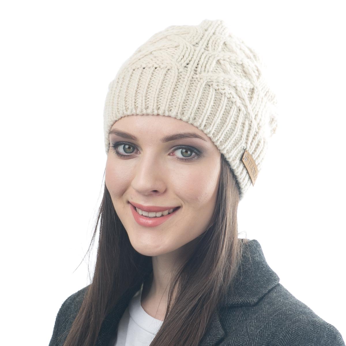Шапка женская Flioraj, цвет: молочный. 014FJ. Размер 56/58014FJСтильная и теплая шапка от Flioraj, связанная из овечьей шерсти и шерсти горной альпаки, отлично согреет в холодную погоду. Состав пряжи делает изделие мягким, теплым и комфортным. Модель выполнена рельефной вязкой и украшена нашивкой из натуральной кожи.