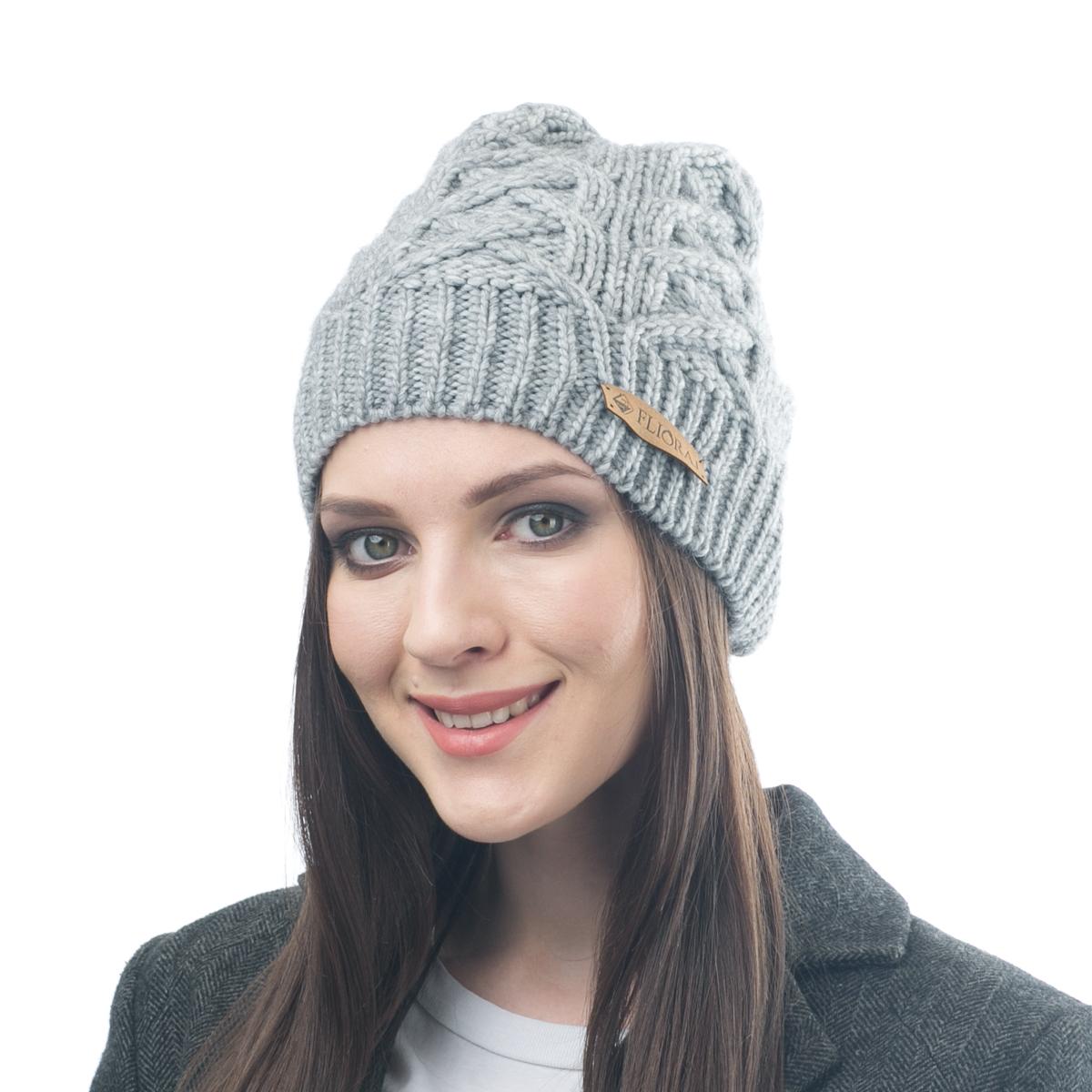 Шапка женская Flioraj, цвет: светло-серый. 014FJ. Размер 56/58014FJСтильная и теплая шапка от Flioraj, связанная из овечьей шерсти и шерсти горной альпаки, отлично согреет в холодную погоду. Состав пряжи делает изделие мягким, теплым и комфортным. Модель выполнена рельефной вязкой и украшена нашивкой из натуральной кожи.