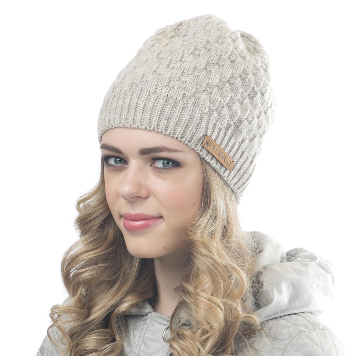 Шапка женская Flioraj, цвет: бежевый. 01FJ. Размер 56/5801FJТеплая шапка от Flioraj, связанная из овечьей шерсти и шерсти горной альпаки, отлично согреет в холодную погоду. Состав пряжи делает изделие мягким, теплым и комфортным. Модель выполнена крупной рельефной вязкой и украшена нашивкой из натуральной кожи.