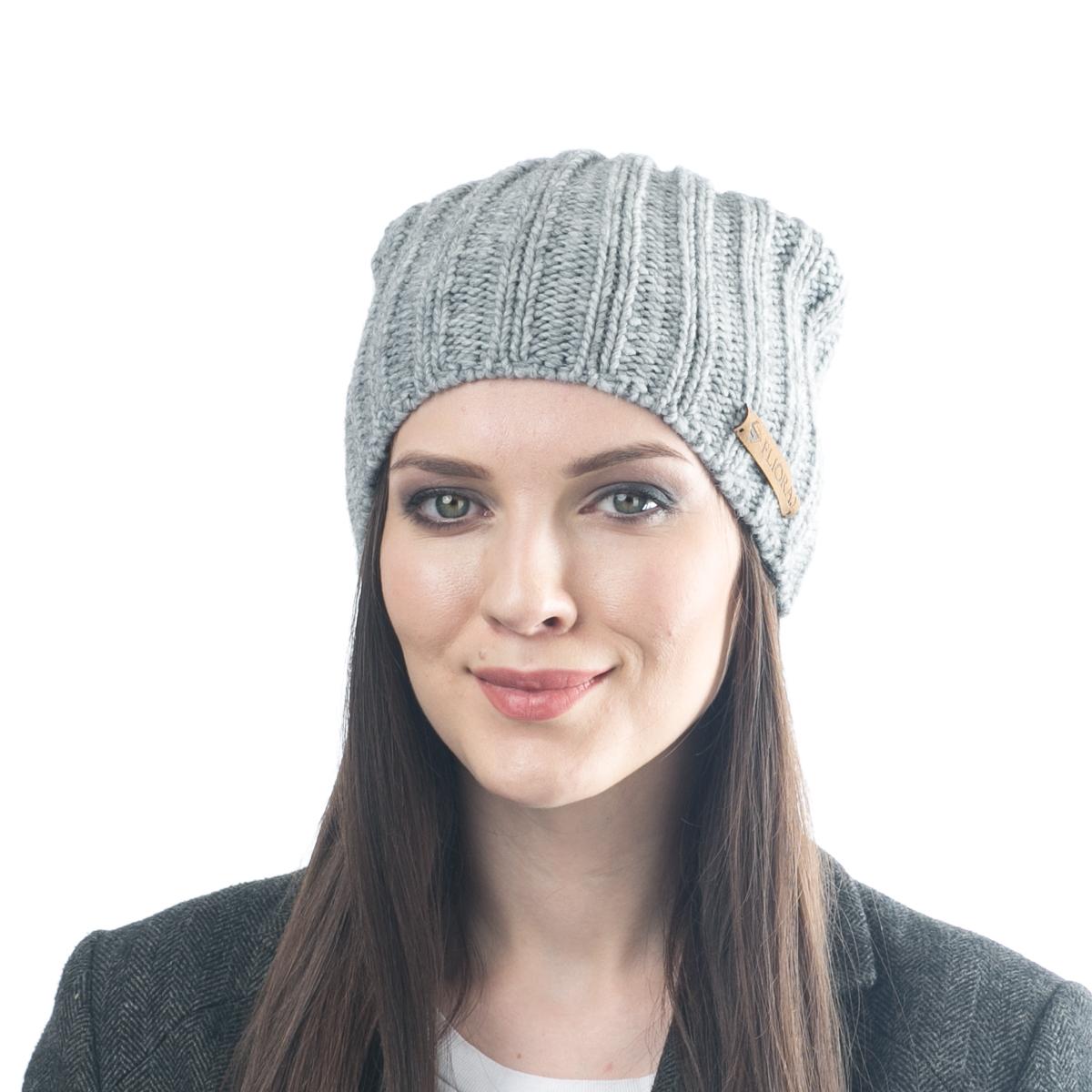 Шапка женская Flioraj, цвет: светло-серый. 06FJ. Размер 56/5806FJСтильная шерстяная шапка-колпачок от Flioraj, выполненная из шерсти с добавлением вискозы и полиакрила, отлично согреет в холодную погоду. Состав пряжи делает изделие мягким, теплым и комфортным. Модель выполнена актуальной резинкой, сбоку дополнена нашивкой из натуральной кожи.