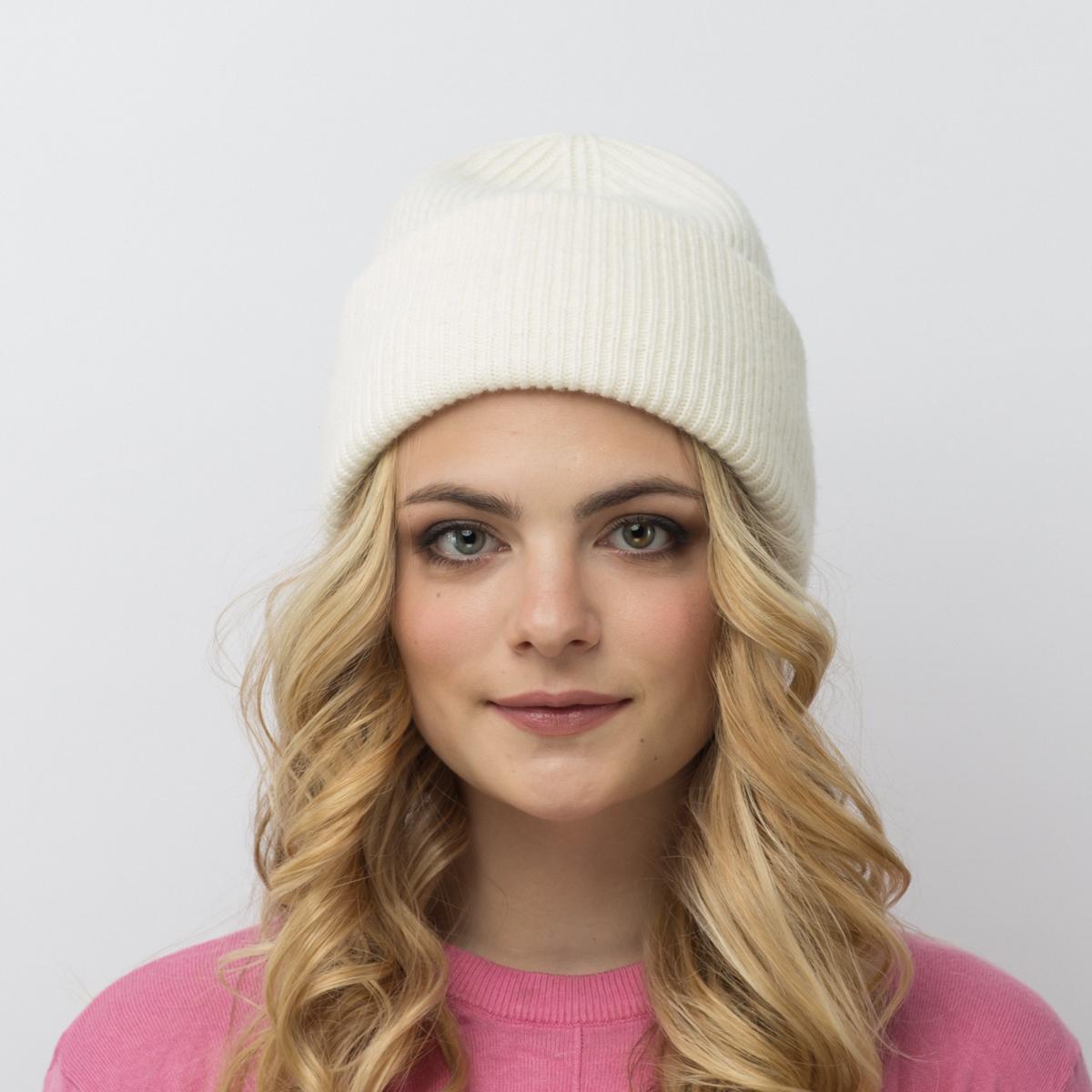 Шапка женская Flioraj, цвет: белый. 08FJ. Размер 56/5808FJДвойная шерстяная шапка-колпачок от Flioraj, выполненная из овечьей шерсти, альпаки и кашемира, поднимет настроение и отлично согреет в холодную погоду. Состав пряжи делает изделие мягким, теплым и комфортным. Такую шапочку можно носить с любым видом верхней одежды, достаточно только определиться с цветом.
