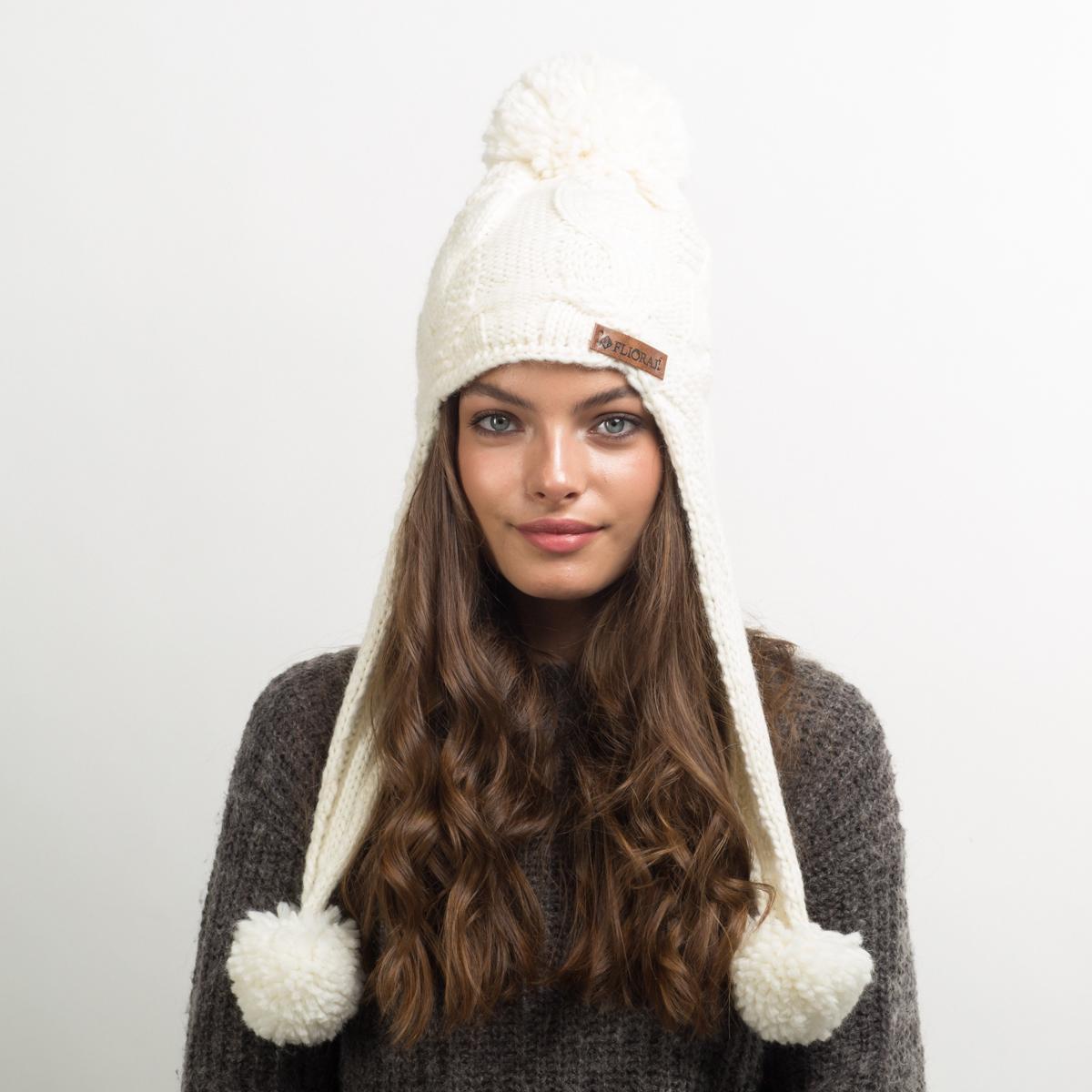 Шапка женская Flioraj, цвет: белый. 712-М FJ. Размер 56/58712-М FJТеплая шерстяная шапка от Flioraj, связанная из объемной итальянской пряжи, украшена ажурными модными косами и нашивкой из натуральной кожи. Выполнена модной рельефной вязкой. Отлично защитит от холода. Модель дополнена помпонами.