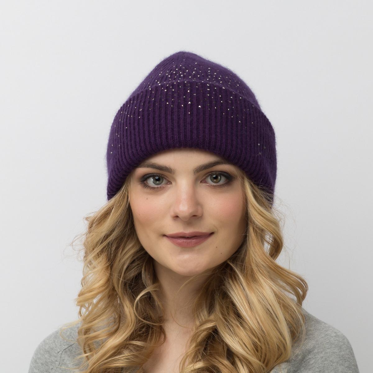 Шапка женская Flioraj, цвет: фиолетовый. 713-М-СТ FJ. Размер 56/58713-М-СТ FJТеплая шерстяная шапка от Flioraj выполнена модной рельефной вязкой. Отлично защитит от холода. Такую шапочку можно носить с любым видом верхней одежды, достаточно только определиться с цветом. Модель дополнена стразами.