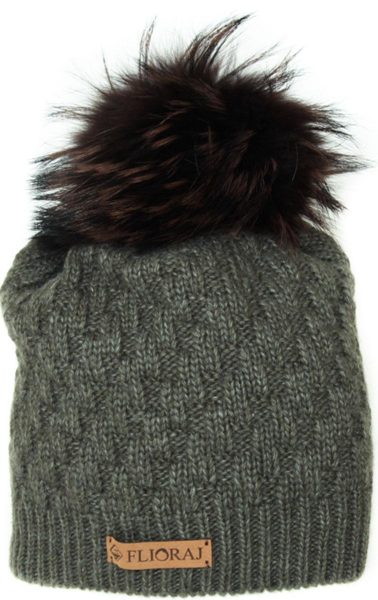 Шапка женская Flioraj, цвет: зеленый. 01/2FJ. Размер 56/5801/2FJСтильная теплая шапка от Flioraj, связанная из овечьей шерсти и шерсти горной альпаки, отлично согреет в холодную погоду. Состав пряжи делает изделие мягким, теплым и комфортным. Модель выполнена рельефной вязкой, украшена нашивкой из натуральной кожи и меховым крашеным помпоном из енота. Оттенок помпона может отличаться.