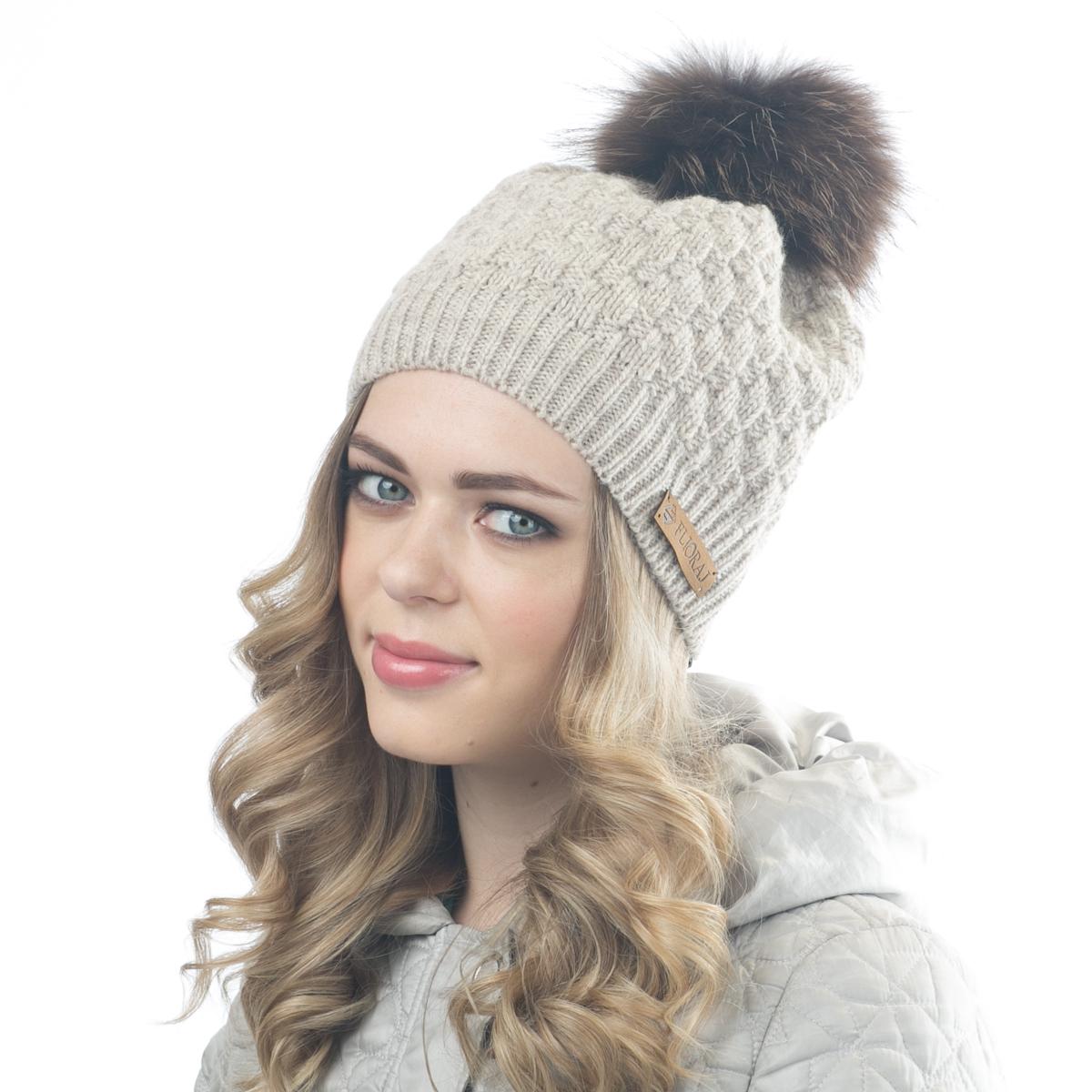 Шапка женская Flioraj, цвет: бежевый. 01/2FJ. Размер 56/5801/2FJСтильная теплая шапка от Flioraj, связанная из овечьей шерсти и шерсти горной альпаки, отлично согреет в холодную погоду. Состав пряжи делает изделие мягким, теплым и комфортным. Модель выполнена рельефной вязкой, украшена нашивкой из натуральной кожи и меховым крашеным помпоном из енота. Оттенок помпона может отличаться.