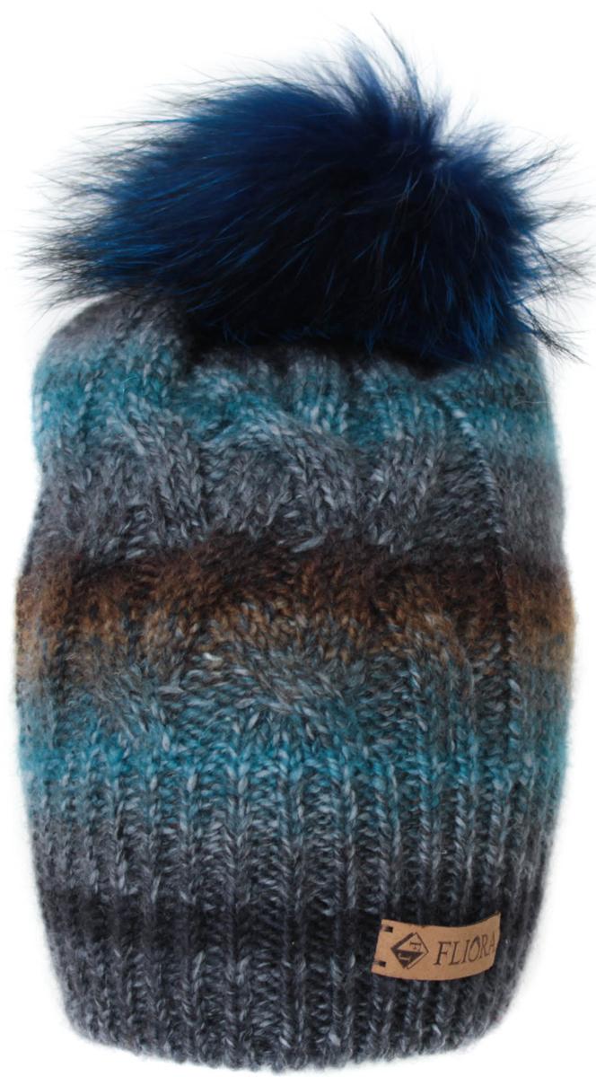 Шапка женская Flioraj, цвет: серый, изумрудный. 010/7FJ. Размер 56/58010/7FJСтильная теплая шапка от Flioraj, связанная из овечьей шерсти и шерсти горной альпаки, отлично согреет в холодную погоду. Состав пряжи делает изделие мягким, теплым и комфортным. Модель оригинальной смесовой расцветки выполнена рельефной вязкой, украшена нашивкой из натуральной кожи и меховым крашеным помпоном из енота. Оттенок помпона может отличаться.