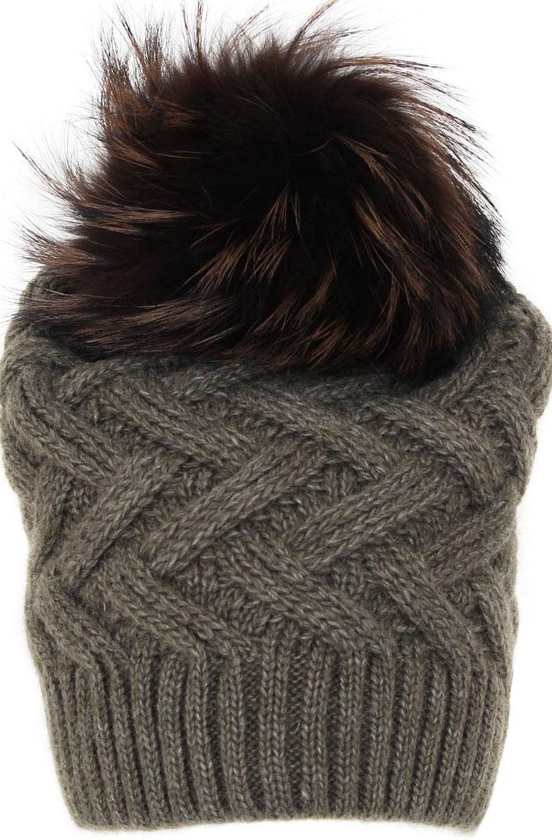 Шапка женская Flioraj, цвет: зеленый. 012/2FJ. Размер 56/58012/2FJСтильная и теплая шапка от Flioraj, связанная из овечьей шерсти и шерсти горной альпаки, отлично согреет в холодную погоду. Состав пряжи делает изделие мягким, теплым и комфортным. Модель выполнена модной рельефной вязкой, украшена нашивкой из натуральной кожи и крашеным меховым помпоном из енота. Оттенок помпона может отличаться.