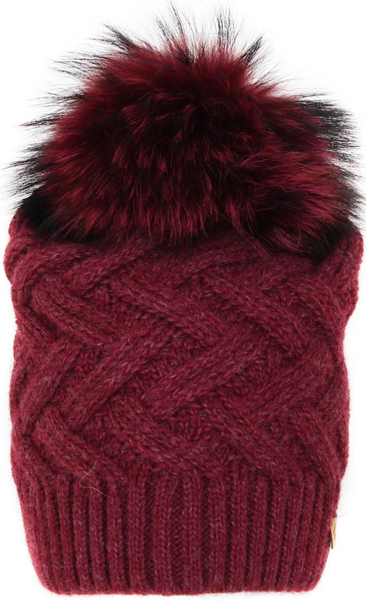Шапка женская Flioraj, цвет: бордовый. 012/3FJ. Размер 56/58012/3FJСтильная и теплая шапка от Flioraj, связанная из овечьей шерсти и шерсти горной альпаки, отлично согреет в холодную погоду. Состав пряжи делает изделие мягким, теплым и комфортным. Модель выполнена модной рельефной вязкой, украшена нашивкой из натуральной кожи и крашеным меховым помпоном из енота. Оттенок помпона может отличаться.