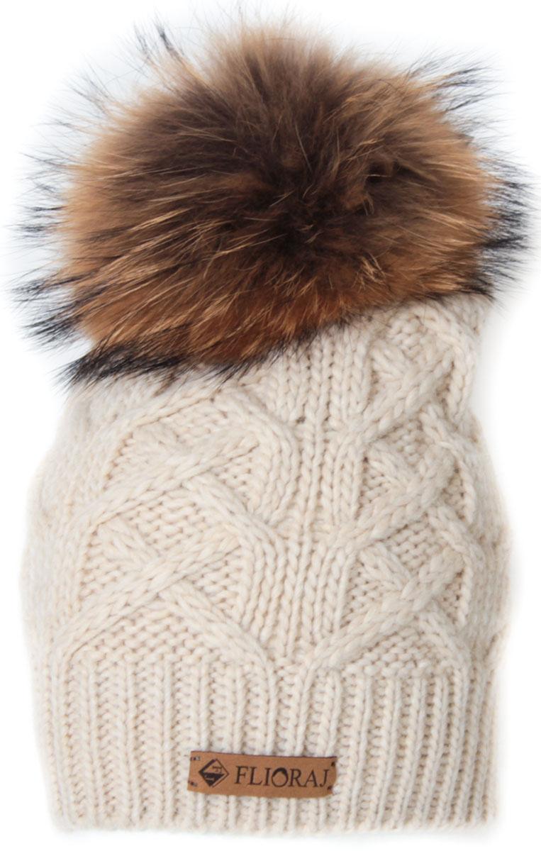 Шапка женская Flioraj, цвет: молочный. 014/1FJ. Размер 56/58014/1FJСтильная и теплая шапка от Flioraj, связанная из овечьей шерсти и шерсти горной альпаки, отлично согреет в холодную погоду. Состав пряжи делает изделие мягким, теплым и комфортным. Модель выполнена модной рельефной вязкой, украшена нашивкой из натуральной кожи и меховым помпоном из енота. Оттенок помпона может отличаться.