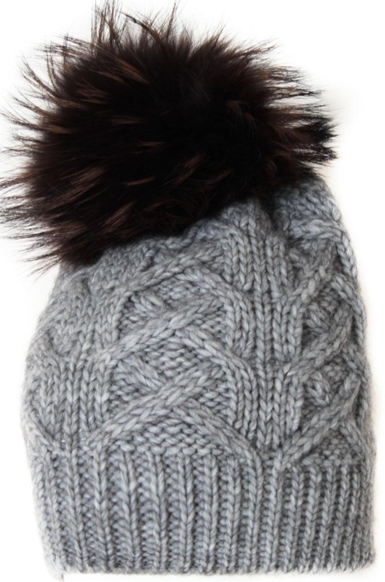 Шапка женская Flioraj, цвет: светло-серый. 014/2FJ. Размер 56/58014/2FJСтильная и теплая шапка от Flioraj, связанная из овечьей шерсти и шерсти горной альпаки, отлично согреет в холодную погоду. Состав пряжи делает изделие мягким, теплым и комфортным. Модель выполнена модной рельефной вязкой, украшена нашивкой из натуральной кожи и меховым помпоном из енота. Оттенок помпона может отличаться.