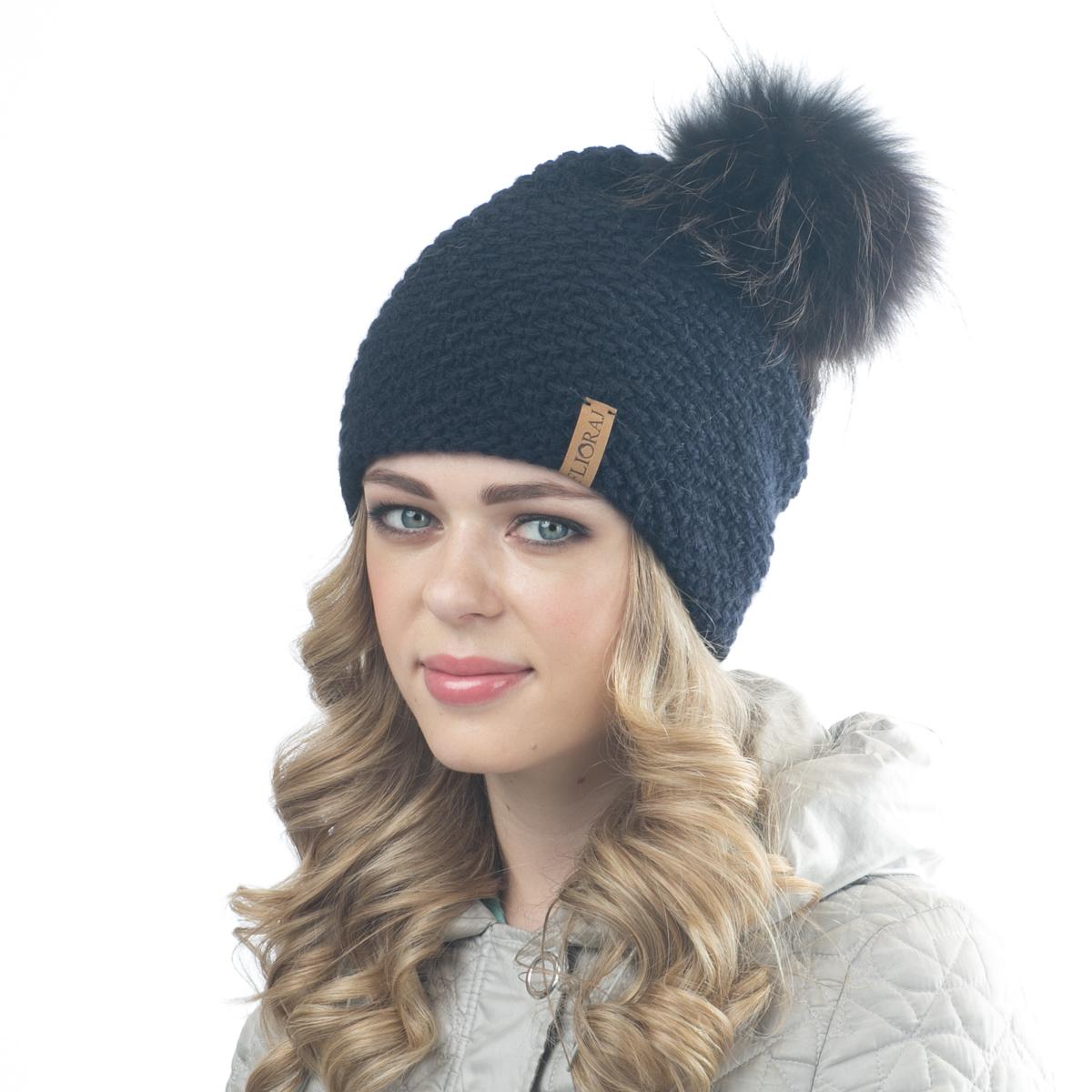 Шапка женская Flioraj, цвет: темно-синий. 05/1FJ. Размер 56/5805/1FJТеплая шапка от Flioraj, связанная из овечьей шерсти и шерсти горной альпаки, отлично согреет в холодную погоду. Состав пряжи делает изделие мягким, теплым и комфортным. Модель выполнена крупной рельефной вязкой, украшена нашивкой из натуральной кожи и меховым помпоном из енота. Оттенок помпона может отличаться.