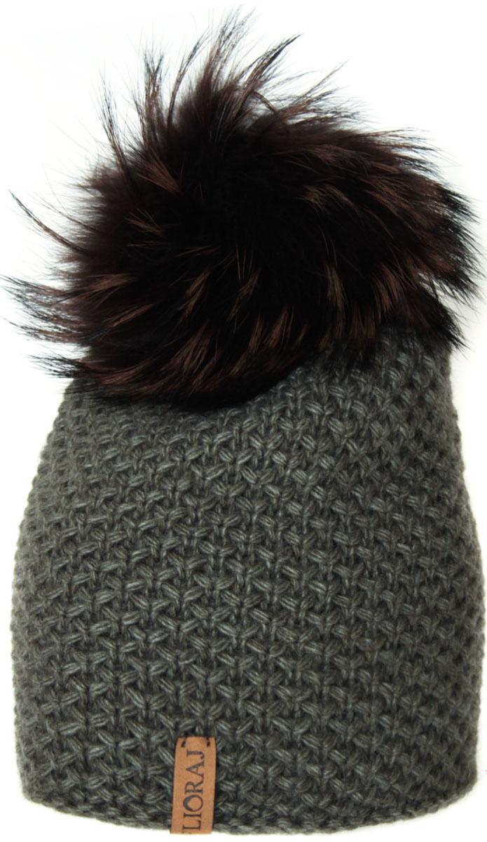 Шапка женская Flioraj, цвет: зеленый. 05/2FJ. Размер 56/5805/2FJТеплая шапка от Flioraj, связанная из овечьей шерсти и шерсти горной альпаки, отлично согреет в холодную погоду. Состав пряжи делает изделие мягким, теплым и комфортным. Модель выполнена крупной рельефной вязкой, украшена нашивкой из натуральной кожи и меховым помпоном из енота. Оттенок помпона может отличаться.