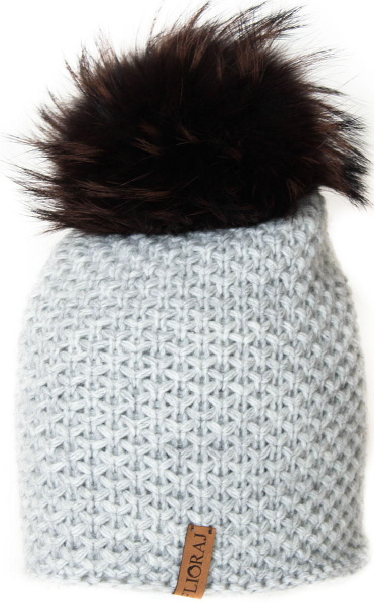 Шапка женская Flioraj, цвет: светло-серый. 05/2FJ. Размер 56/5805/2FJТеплая шапка от Flioraj, связанная из овечьей шерсти и шерсти горной альпаки, отлично согреет в холодную погоду. Состав пряжи делает изделие мягким, теплым и комфортным. Модель выполнена крупной рельефной вязкой, украшена нашивкой из натуральной кожи и меховым помпоном из енота. Оттенок помпона может отличаться.