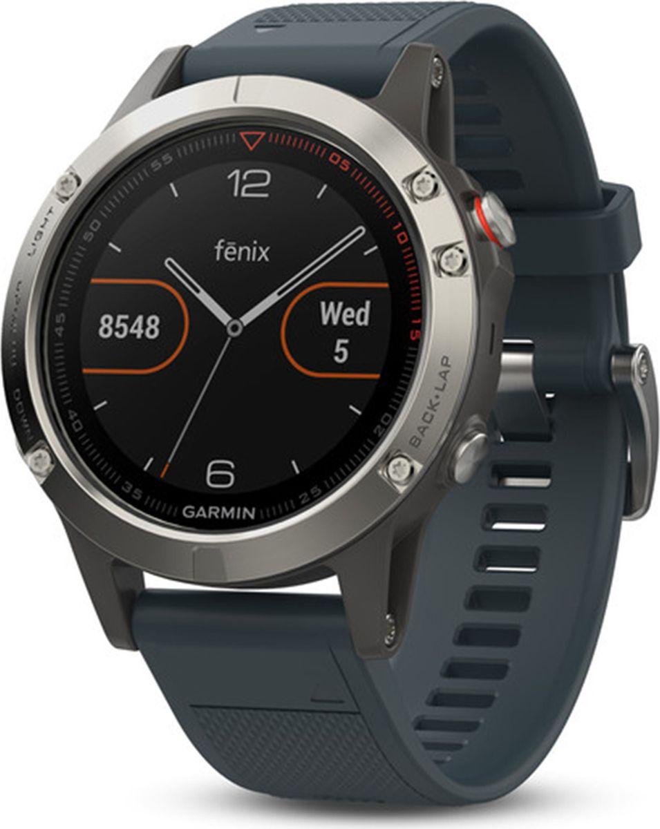 Часы спортивные Garmin Fenix 5, цвет: серый010-01688-01Часы с GPS/ГЛОНАСС для повседневной жизни, приключений, фитнеса и спорта Fenix 5 серебристые часы с синим ремешком Премиум-часы с GPS/ГЛОНАСС, мультиспортивными тренировками и встроенным оптическим пульсометром Elevate1 Созданы для активных приключений: прочный корпус со стальным безелем, кнопками и задней крышкой, защита от воды 100м Виджеты, которые показывают эффективность ход тренировок доступны одним касанием Смарт функции2 - интеллектуальные оповещения, автоматическая загрузка в интернет-сообщество Garmin Connect и персонализация через загружаемые бесплатные циферблаты и приложения из магазина Connect IQ Встроенные датчики: GPS и ГЛОНАСС, 3-х осевой магнитный компас, гироскоп, термометр, барометр и барометрический высотомер Срок работы от батареи: до двух недель в режиме умных часов (зависит от настроек), до 24 часов в режиме тренировки с GPS или до 60 часов в режиме экономии UltraTrac Совершенствуйтесь весь день, каждый день. Fenix 5 - это высококачественные умные GPS-часы с мультиспортом, интеллектуальными уведомлениями2 и встроенным оптическим пульсометром на запястье1. Улучшенные функции фитнеса и быстросменные ремешки, которые позволяют вам уйти с рабочего места на тренировку, без задержек. Каким бы видом спорта вы не занимались, Fenix 5 его поддерживает, благодаря встроенным профилям деятельности и показателям производительности. Две системы навигации Fenix 5 оснащен улучшенным спутниковым приемником GPS и ГЛОНАСС для отслеживания местоположения в сложных условиях. Вы можете рассчитывать на длительное время автономной работы в каждом режиме работы (конкретное время зависит от модификации часов и настроек). Защита от воды 100м позволит вам с уверенностью путешествовать везде, где захочется. Отличная читаемость на ходу Яркий полноцветный дисплей Garmin Chroma Display со светодиодной подсветкой обеспечивает отличную читаемость при любых внешних условиях. Трансфлективная технология, которая одновременно 