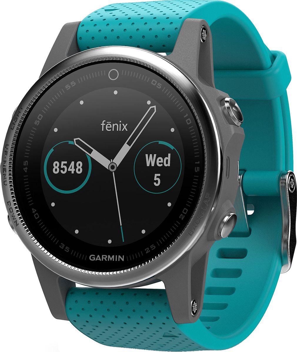 Часы спортивные Garmin Fenix 5S, цвет: серебристый. 010-01685-01010-01685-01Часы с GPS/ГЛОНАСС для повседневной жизни, приключений, фитнеса и спорта Fenix 5S компактные часы (42мм) серебристые с бирюзовым ремешком Премиум-часы с GPS/ГЛОНАСС, мультиспортивными тренировками и встроенным оптическим пульсометром Elevate1 Созданы для активных приключений: прочный корпус со стальным безелем, кнопками и задней крышкой, защита от воды 100м Виджеты, которые показывают эффективность ход тренировок доступны одним касанием Смарт функции2 - интеллектуальные оповещения, автоматическая загрузка в интернет-сообщество Garmin Connect и персонализация через загружаемые бесплатные циферблаты и приложения из магазина Connect IQ Встроенные датчики: GPS и ГЛОНАСС, 3-х осевой магнитный компас, гироскоп, термометр, барометр и барометрический высотомер Срок работы от батареи: до двух недель в режиме умных часов (зависит от настроек), до 24 часов в режиме тренировки с GPS или до 60 часов в режиме экономии UltraTrac Совершенствуйтесь весь день, каждый день. Fenix 5 - это высококачественные умные GPS-часы с мультиспортом, интеллектуальными уведомлениями2 и встроенным оптическим пульсометром на запястье1. Улучшенные функции фитнеса и быстросменные ремешки, которые позволяют вам уйти с рабочего места на тренировку, без задержек. Каким бы видом спорта вы не занимались, Fenix 5 его поддерживает, благодаря встроенным профилям деятельности и показателям производительности. Две системы навигации Fenix 5 оснащен улучшенным спутниковым приемником GPS и ГЛОНАСС для отслеживания местоположения в сложных условиях. Вы можете рассчитывать на длительное время автономной работы в каждом режиме работы (конкретное время зависит от модификации часов и настроек). Защита от воды 100м позволит вам с уверенностью путешествовать везде, где захочется. Отличная читаемость на ходу Яркий полноцветный дисплей Garmin Chroma Display со светодиодной подсветкой обеспечивает отличную читаемость при любых внешних условиях. Транс
