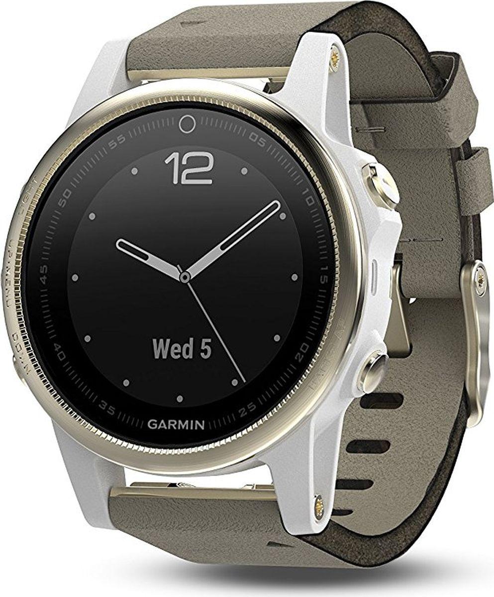 Часы спортивные Garmin Fenix 5S Sapphire, цвет: золотистый. 010-01685-13010-01688-21Часы с GPS/ГЛОНАСС для повседневной жизни, приключений, фитнеса и спорта Fenix 5S компактные часы (42мм) золотистые с замшевым ремешком, сапфировым стеклом и Wi-Fi Премиум-часы с GPS/ГЛОНАСС, мультиспортивными тренировками и встроенным оптическим пульсометром Elevate1 Созданы для активных приключений: прочный корпус со стальным безелем, кнопками и задней крышкой, защита от воды 100м Виджеты, которые показывают эффективность ход тренировок доступны одним касанием Смарт функции2 - интеллектуальные оповещения, автоматическая загрузка в интернет-сообщество Garmin Connect и персонализация через загружаемые бесплатные циферблаты и приложения из магазина Connect IQ Встроенные датчики: GPS и ГЛОНАСС, 3-х осевой магнитный компас, гироскоп, термометр, барометр и барометрический высотомер Срок работы от батареи: до двух недель в режиме умных часов (зависит от настроек), до 24 часов в режиме тренировки с GPS или до 60 часов в режиме экономии UltraTrac Совершенствуйтесь весь день, каждый день. Fenix 5 - это высококачественные умные GPS-часы с мультиспортом, интеллектуальными уведомлениями2 и встроенным оптическим пульсометром на запястье1. Улучшенные функции фитнеса и быстросменные ремешки, которые позволяют вам уйти с рабочего места на тренировку, без задержек. Каким бы видом спорта вы не занимались, Fenix 5 его поддерживает, благодаря встроенным профилям деятельности и показателям производительности. Две системы навигации Fenix 5 оснащен улучшенным спутниковым приемником GPS и ГЛОНАСС для отслеживания местоположения в сложных условиях. Вы можете рассчитывать на длительное время автономной работы в каждом режиме работы (конкретное время зависит от модификации часов и настроек). Защита от воды 100м позволит вам с уверенностью путешествовать везде, где захочется. Отличная читаемость на ходу Яркий полноцветный дисплей Garmin Chroma Display со светодиодной подсветкой обеспечивает отличную читаемость