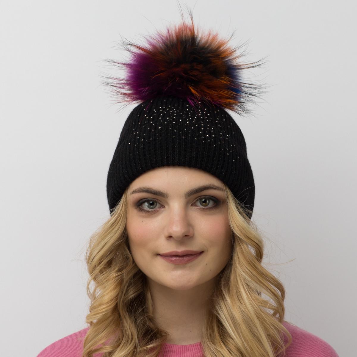 Шапка женская Flioraj, цвет: черный. 710/16-М-СТ FJ. Размер 54/58710/16-М-СТ FJТеплая шерстяная шапка от Flioraj выполнена модной рельефной вязкой. Отлично защитит от холода. Такую шапочку можно носить с любым видом верхней одежды, достаточно только определиться с цветом. Модель дополнена стразами и меховым помпоном.