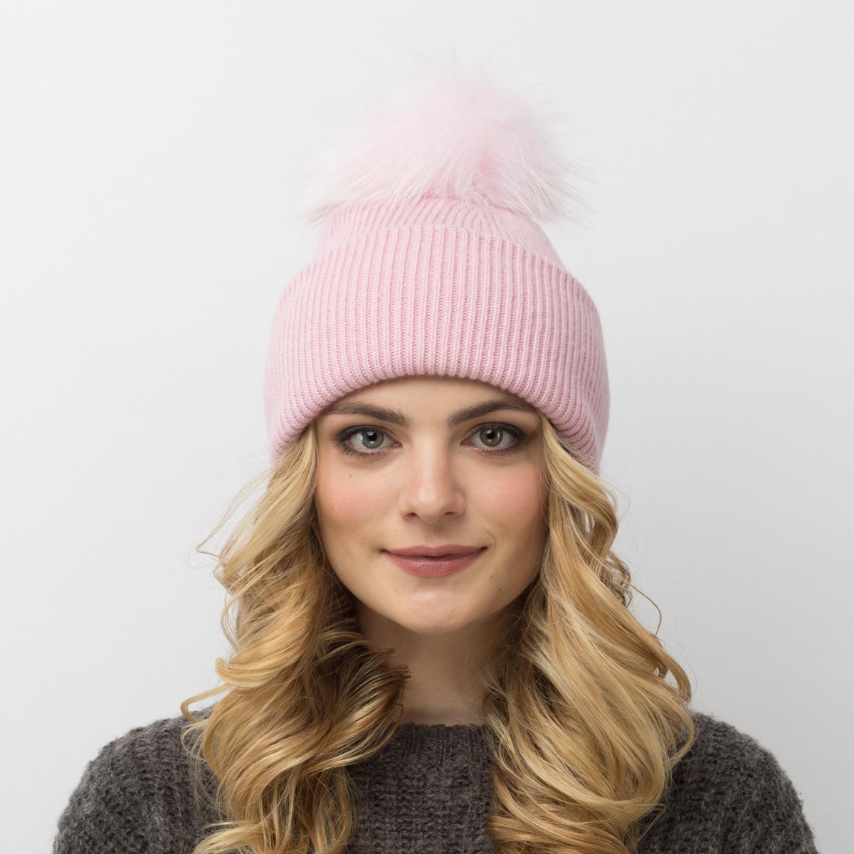 Шапка женская Flioraj, цвет: светло-розовый. 713/12-М FJ. Размер 56/58713/12-М FJТеплая шерстяная шапка от Flioraj выполнена модной рельефной вязкой. Отлично защитит от холода. Такую шапочку можно носить с любым видом верхней одежды, достаточно только определиться с цветом. Модель дополнена меховым помпоном.