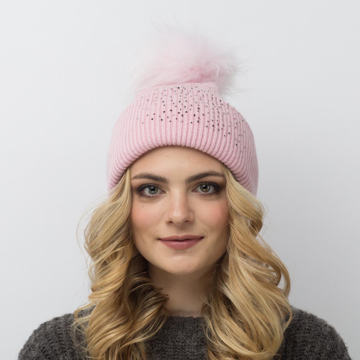 Шапка женская Flioraj, цвет: светло-розовый. 713/12-М-СТ FJ. Размер 56/58713/12-М-СТ FJТеплая шерстяная шапка от Flioraj выполнена модной рельефной вязкой. Отлично защитит от холода. Такую шапочку можно носить с любым видом верхней одежды, достаточно только определиться с цветом. Модель дополнена стразами и меховым помпоном.