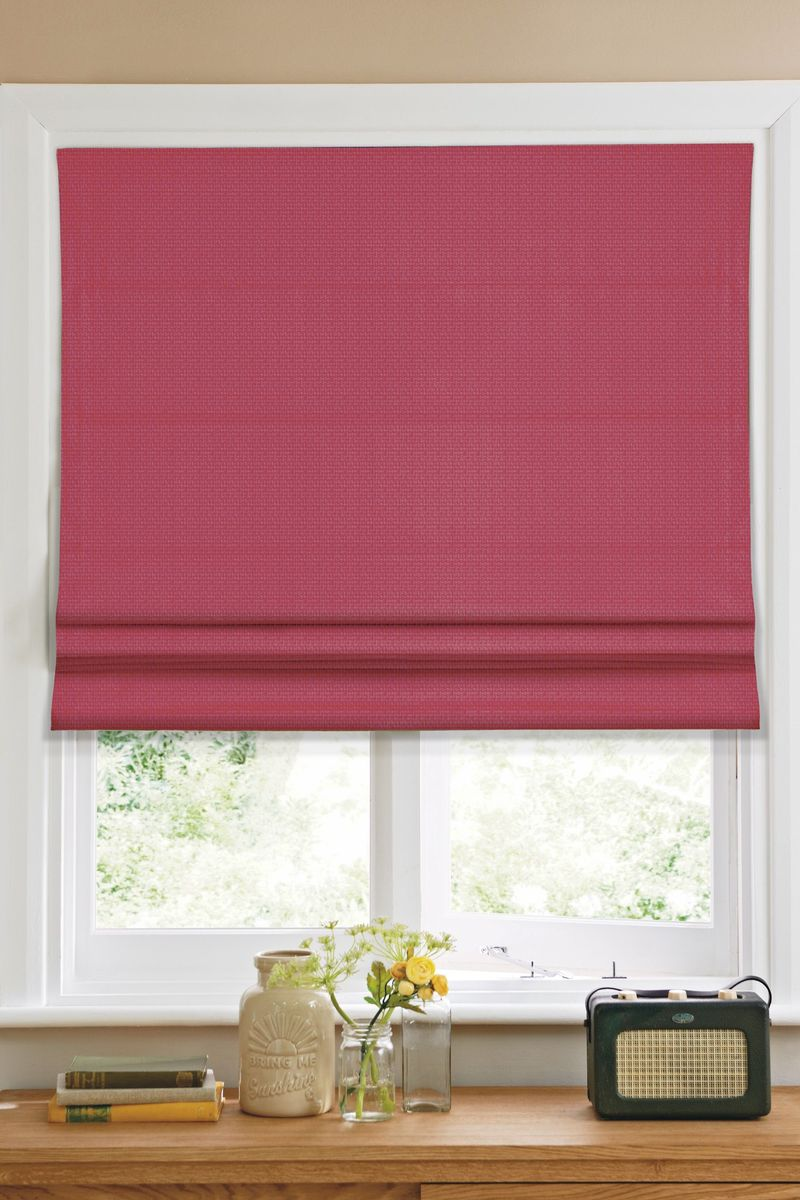 Штора римская Эскар, цвет: красный, ширина 140 см, высота 160 см1019140Римская штора Эскар, выполненная из высокопрочной ткани красного цвета, является отличным заменителем обычных портьер. Ее можно установить там, где невозможно повесить обычные шторы. Конструкция шторы позволяет ее разместить даже на самых маленьких оконных проемах, а специальная пропитка ткани сделает данный вид декора окна эстетичным долгое время. Римская штора представляет собой полотно, по ширине которого параллельно друг другу вшиты пластиковые или деревянные рейки. На концах этих планок закреплены кольца, сквозь которые пропущен шнур. С его помощью осуществляется управление шторой. При движении шнура вниз происходит складывание полотна и его поднятие в верхнюю часть оконного проема. При закрывании шнур поднимается, а складки, образованные тканью, расправляются и опускаются на окно.Такая штора станет прекрасным элементом декора окна и гармонично впишется в интерьер любого помещения.Комплект для монтажа прилагается.